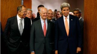 El secretario de Estado estadounidense, John Kerry, a la derecha, el enviado especial de la ONU para Siria, Staffan de Mistura, centro, y el ministro de Exteriores ruso, Sergey Lavrov, a la izquierda, llegan para una conferencia de prensa después de su reunión en Ginebra, donde se discutió la crisis en Siria, el viernes, 9 de septiembre de de 2016.