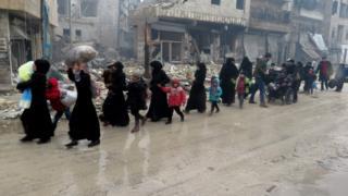 سوريون فارون من القتال الدائر في حلب.