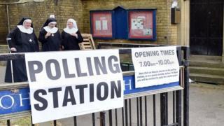 英国の投票所は「Polling Station」と言う。投票時間は午前7時から午後10時まで。