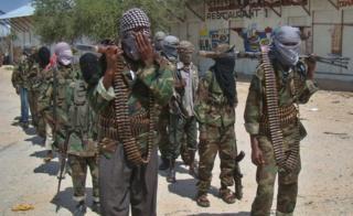 Abagwanyi ba al-Shabab baromowe mu gisagara ca Mogadishio ariko baguma bagaba ibitero hirya no hino