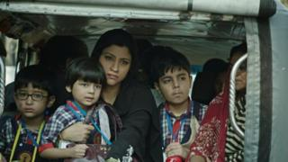 Konkona Sen Sharma扮演三個孩子的母親,她不願被看作生育機器