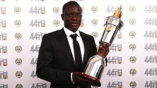 N'Golo Kanté tenant son trophée lors de la soirée de gala dimanche