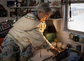 Köyün yaşlılarından Qapik Attagutsiak geleneksel kulübesinde