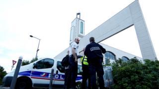 パリ南東クレテイユのモスクで警戒する警察