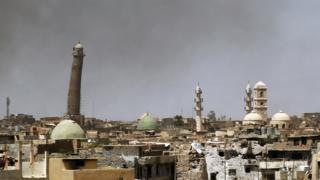 Minarete de la mezquita (a la izquierda) en Mosul el 24 de mayo de 2017.