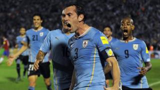 Godín celebra su gol contra Chile en las eliminatorias sudamericanas.