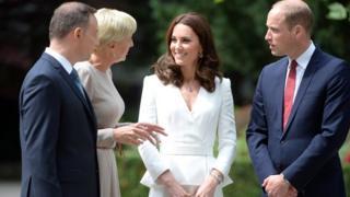 Кейт и Уильяма в аэропорту встретил посол Британии в Польше с супругой