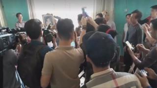 Người nhà và gia đình cháu bé bị hại phản ứng tại buổi xin lỗi