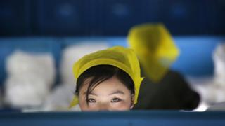 Funcionária de fábrica na Coreia do Norte
