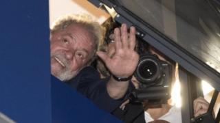 Madaxweyne Lula oo dhismaha uu ku jiro ka salaamaayo taageerayaashiisa.