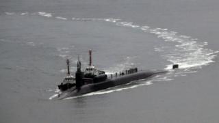"""""""密西根""""號核潛艇長170.6米,寬12.8米,排水量19000噸,是世界最大潛艇之一。潛艇載有核導彈,是美國的戰略核威懾力量。"""