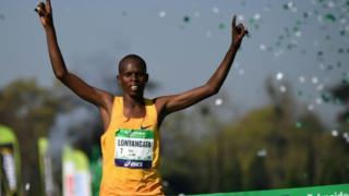 Paul Lonyangata akiibuka mshindi katika mbio za Paris Marathon