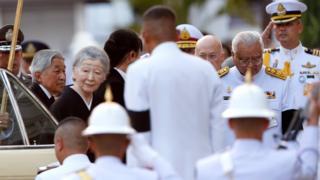 日本天皇夫妇抵达泰国