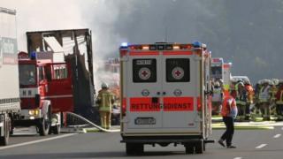 Les équipes de secours prennent d'assaut le bus en feu sur une autoroute en Bavière