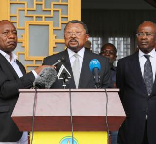 Gabonese opposition leader Jean Ping (c) at a press conference in the capital Libreville on September 24, 2016.