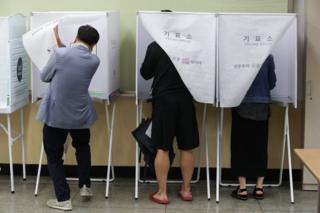 Raia wa Korea Kusini wanapiga kura ili kumchagua rais mpya kufuatia kashfa iliomkabili rais aliyetimuliwa mamlakani Park Geun Hye