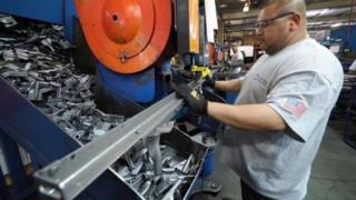 أمريكي يعمل في أحد المصانع