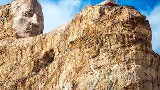"El ""Monumento a Caballo Loco"""
