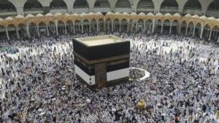 مسجد حرام کے درمیان کعبہ