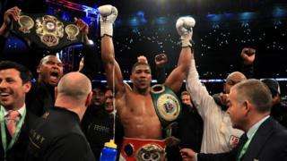 Anthony Joshua IBF, WBA ve IBO ağırsiklet şampiyonası sonrası zaferini kutluyor.