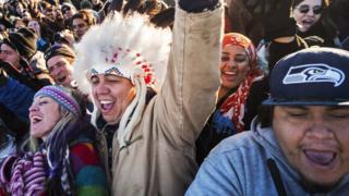 Kuzey Dakota'da kararı kutlayan göstericiler