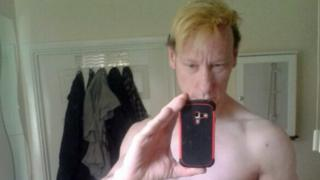 Stephen Port faz uma selfie sem camisa