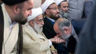 انتشار عکس بوسیدن دست احمد جنتی واکنشهای گستردهای داشته است