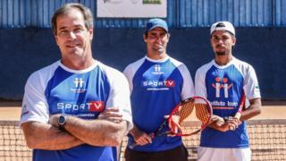 Marcolin, Bonatto e Maneco posam com raquetes e uniformes do Instituto Ícaro.