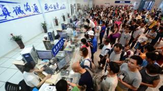 旅客在广西柳州火车站办理退票手续(新华社图片23/8/2017)