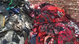 Montones de ropa vieja.