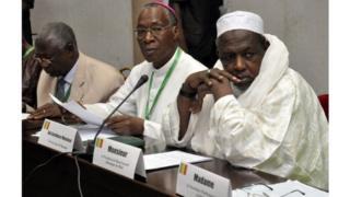 Jean Zerbo et Mahmoud Dicko, le président du conseil islamique du Mali, participant à une réunion de réconciliation