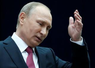 プーチン氏は生中継された国民との電話対話で4時間近く話した。写真は対話番組後に報道陣と話すロシア大統領(15日、モスクワ)