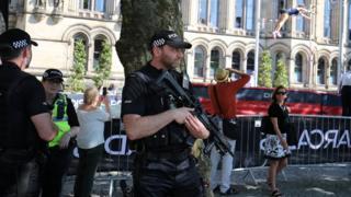 Policías resguardan espacios públicos en Manchester