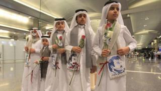 أطفال قطريون يرحبون بالزائرين العمانيين والكويتيين في مطار حمد