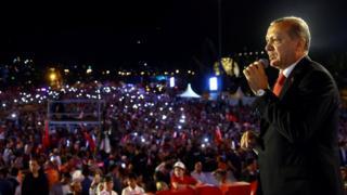 埃爾多安在未遂政變發動一週年當天,在伊斯坦布爾向上萬名支持者發表富有情感的演說。