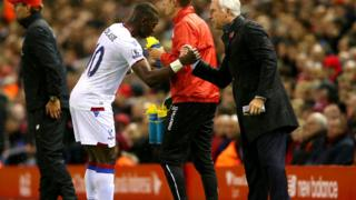 Le congolais Yannick Bolasie célèbre son but avec son coach, Alan Pardew.
