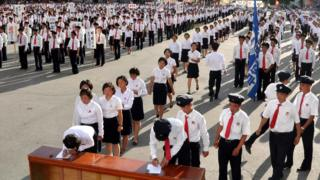 朝鮮學生排隊簽名加入朝鮮人民軍