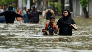 Pessoas em cidade inundada