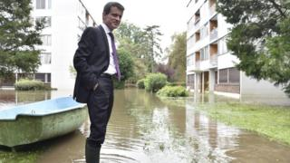 Manuel Valls visits flood-hit areas of southern Paris (4 June)