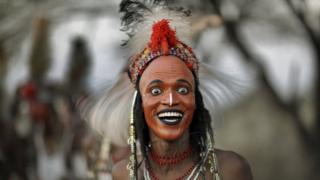 Çad nehri yakınlarındaki Sahra çölünde 'yaake' dansı yapanlar beyaz dişleri ve gözlerinin beyazlarını özellikle gösterme geleneğine sahip.