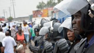 Les quelques protestataires qui ont tenté de braver l'interdiction des autorités ont été arrêtés.