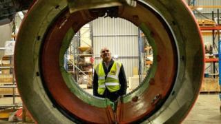 Un hombre mira la turbina de un avión sacado de circulación