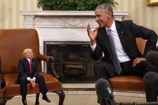 經電腦修改的圖片,描述被縮小了的特朗普與前任總統奧巴馬會談