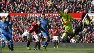Mchezaji wa manchester United akifanya shambulizi katika lango la Bournemouth, mechi hiyo iliisha 1-1