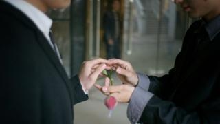 中國LGBT群體用法律為自己發聲 把廣電總局、京東都告了