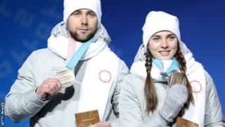 カーリング混合ダブルスで、銅メダルを獲得したロシアのアレクサンドル・クルシェルニツキー選手とアナスタシア・ブリズガロワ選手