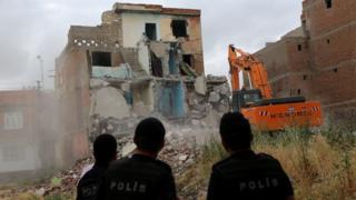 Sur'da kentsel dönüşüm nedeniyle yıkılan bir ev
