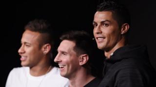 Neymar (G), Messi et Ronaldo (D), trois footballeurs pour un titre