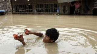 Man swims for food aid in Nyaung Tone, south of Yangon (7 Aug 2015)