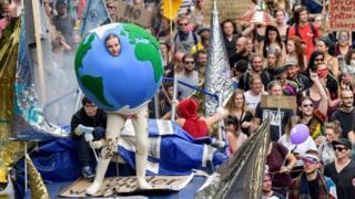 """一名示威者装扮成气球抗议二十国集团""""小圈子""""(8/7/2017)"""
